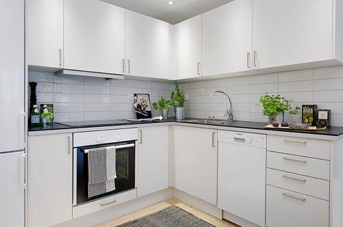 угловая кухня со встроенным оборудованием