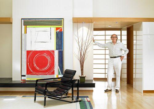 Ричард Роблин перед дверью в студию