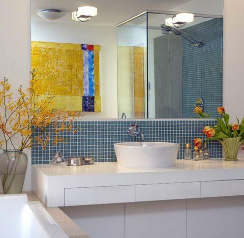 абстрактная картина в интерьере ванной