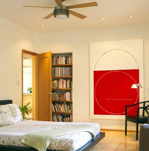 абстрактная картина в интерьере спальни