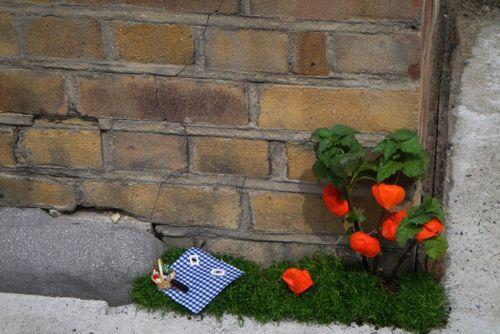 миниатюрный сад вдоль забора