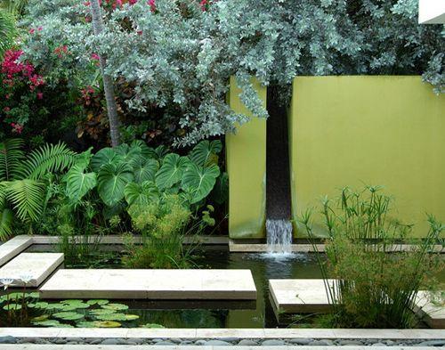 искусственный водопад современного стиля в частном дворе