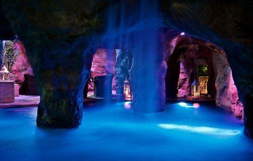 водопады в искусственном гроте с подсветкой
