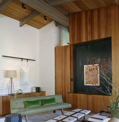 сочетание окрашенной кирпичной кладки и деревянной облицовки в интерьере