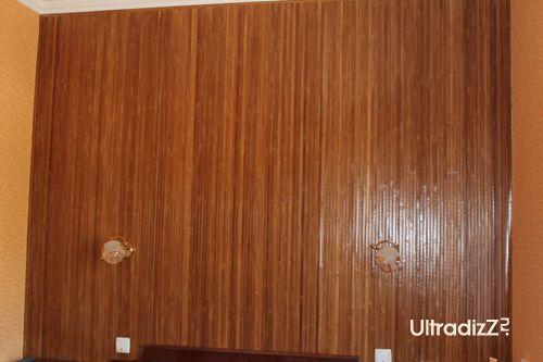 бамбуковые обои на стене в изголовье