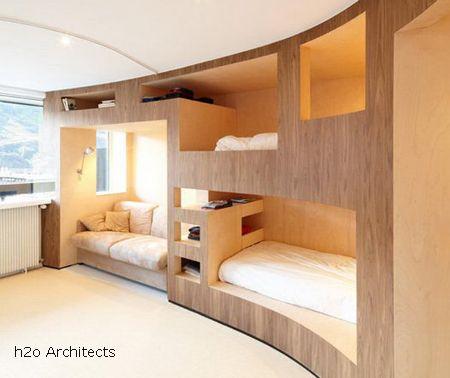 полукруглая спальная зона со встроенными кроватями для нескольких детей