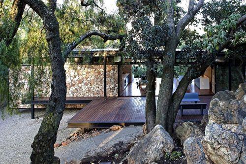 дом на металлическом каркасе с каменной стеной