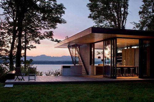 современный дачный домик на берегу озера