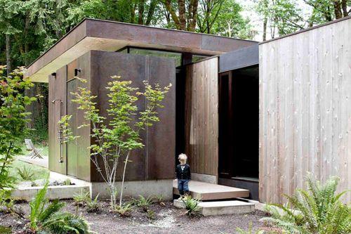 минималистичный летний душ на фасаде частного домика