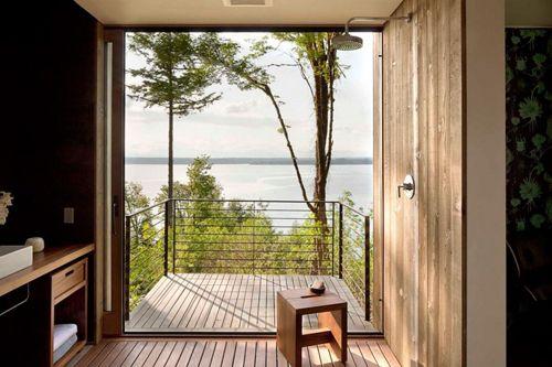 ванная с балконом в дачном домике