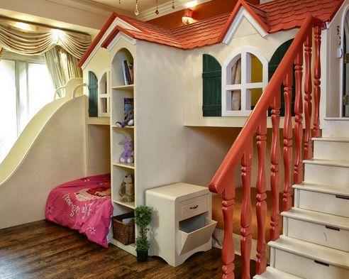 спальная и игровая зона в виде домика с мансардой