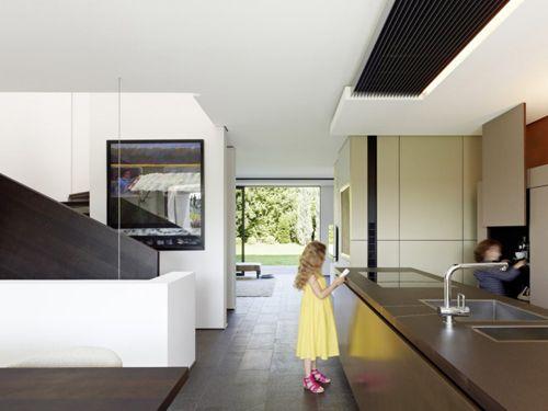 дизайнерская встроенная мебель в интерьере большого дома
