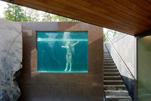 частный бассейн со стеклянной стеной