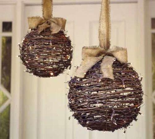 шары из ветвей в новогоднем украшении двора