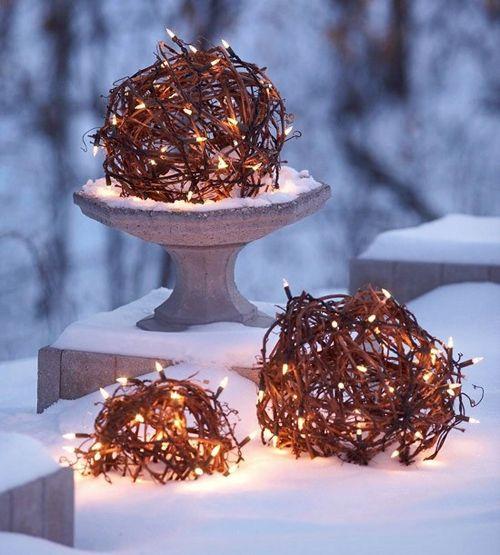 шары с елочными гирляндами как новогодние ландшафтные светильники