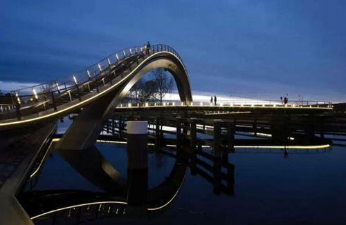 вечерняя подсветка моста