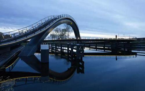 необычный мост через канал