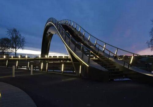 необычный мост с вечерней подсветкой