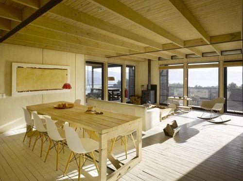 интерьер гостиной столовой в загородном коттедже