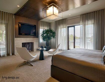 деревянные панели на стене и потолке в спальне