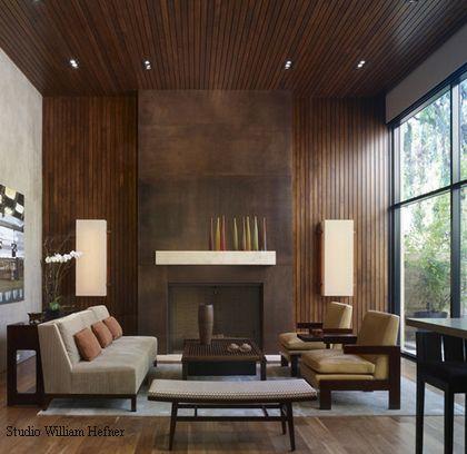 деревянные панели на стене и потолке гостиной