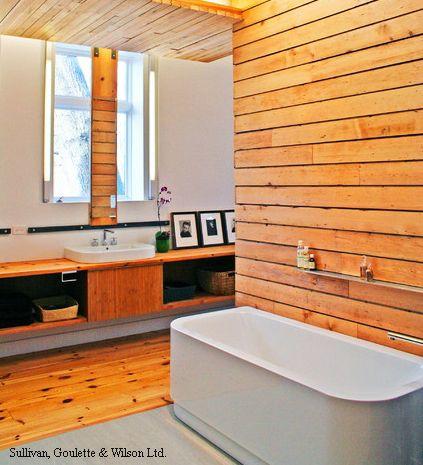 деревянные панели на стене и потолке ванной комнаты