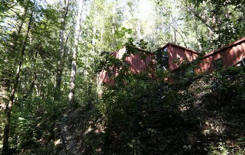 строительство дома из контейнеров в холмистой местности