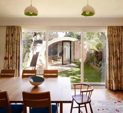 вид на садовый павильон из дома