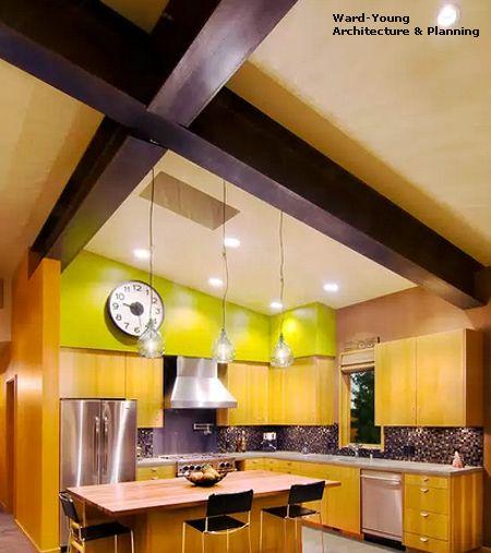 яркая мебель и декор в интерьере кухни