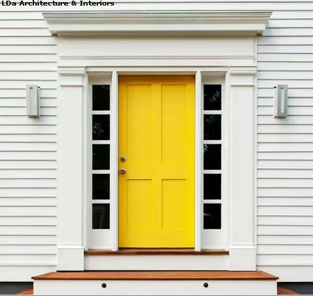 яркая входная дверь дома