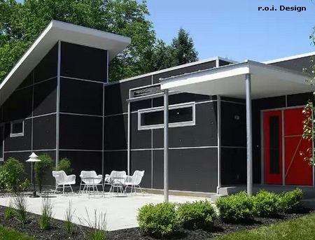 яркая дверь в дизайне современного коттеджа