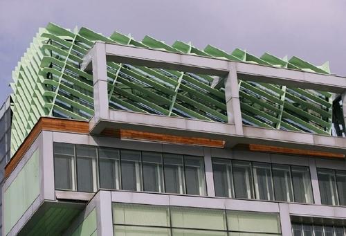 фасад здания с панорамным садом