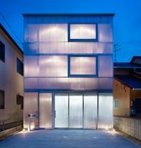 прозрачный дом с пластиковыми стенами