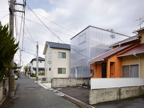 фасад прозрачного дома днем