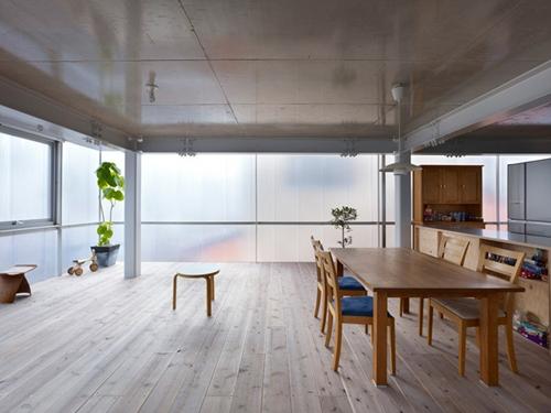 рассеянное дневное освещение в интерьере прозрачного дома
