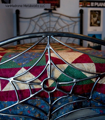 паутина в декоре кровати