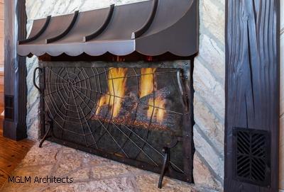 паутина в декоре каминной решетки