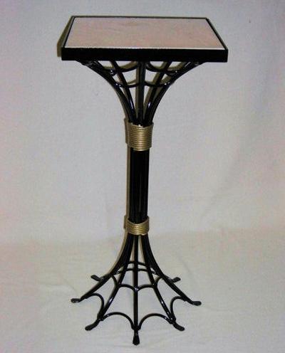 столик с декором в виде паутины