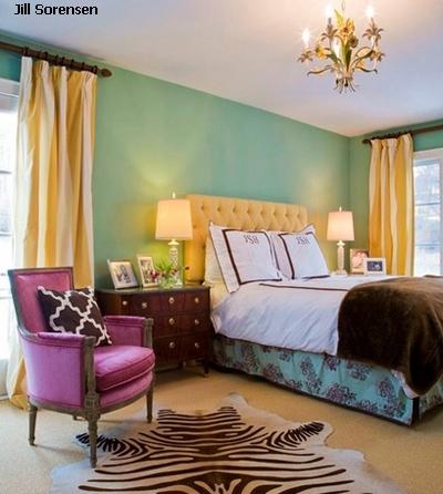 яркий многоцветный интерьер спальни