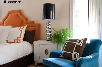 светлая спальня с яркой мебелью