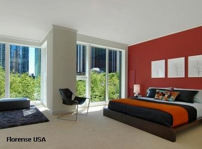 насыщенные цвета в интерьере светлой спальни
