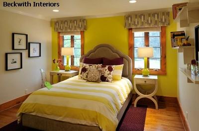 контрастные цвета в светлом интерьере спальни