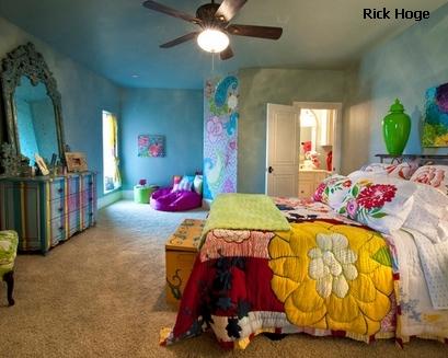 сложное сочетание ярких цветов и текстур в интерьере спальни