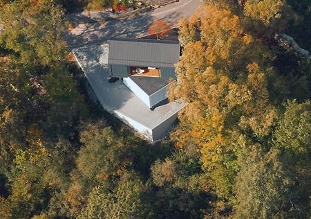 современный дом в лесистой местности