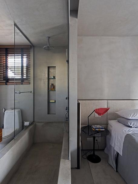 спальня с примыкающей ванной в мужском интерьере