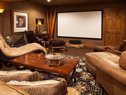 интерьер домашнего кинотеатра с лежаками