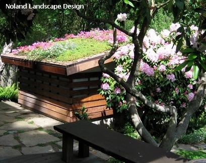 зеленая крыша садовой постройки
