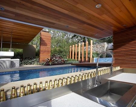 площадка рядом с баром в бассейне