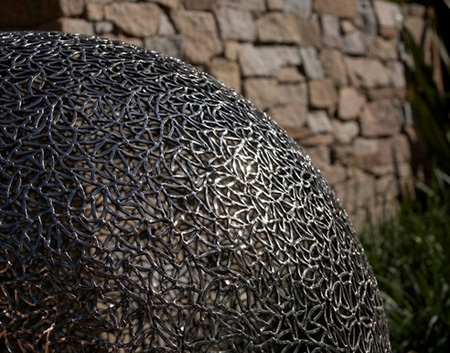 скульптурный шар в декоре двора