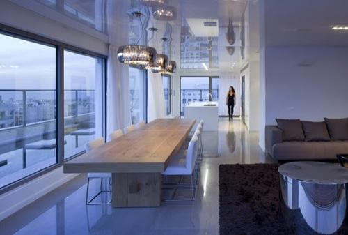 проходная кухня в широком коридоре современного дома